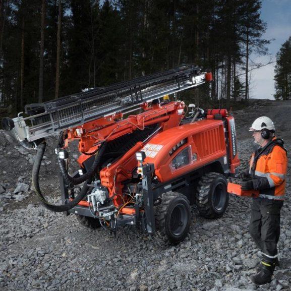 Sandvik DC130Ri steg 5 borrvagn som körs ner för backe